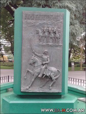 Monumentos en la plaza General San Martín
